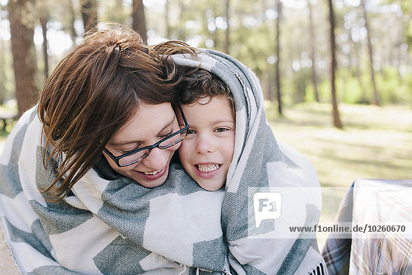 Fröhlichkeit,Sohn,Decke,Wald,Verpackung,Mutter - Mensch,umwickelt