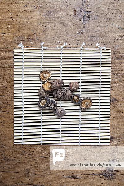 Direkt über getrockneten Champignons auf Bambusmatte