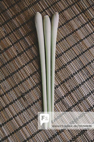 Direkt über Lauch auf Bambusmatte