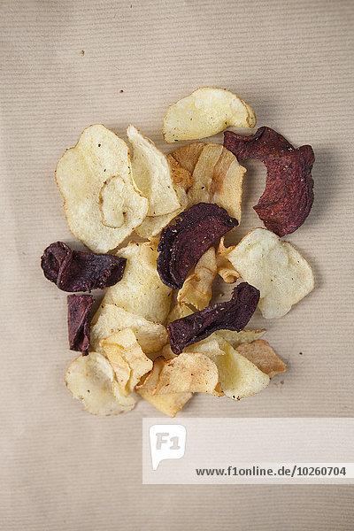 Direkt über dem Schuss Kartoffel- und Rote-Beete-Chips auf dem Tisch
