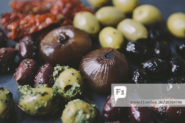 Verschiedene Oliven mit Zwiebeln auf dem Tisch