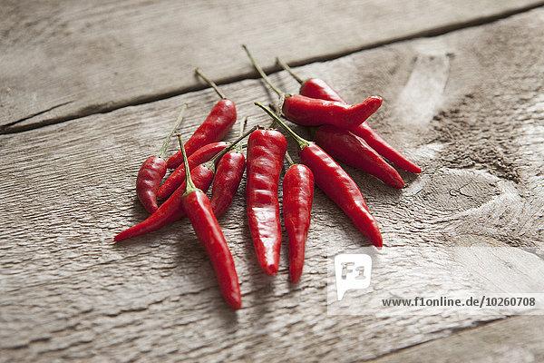 Hochwinkelansicht der roten Chilischoten auf Holztisch