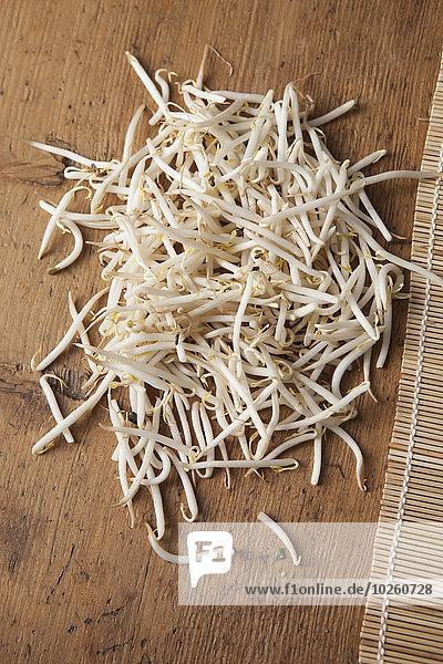 Hochwinkelansicht der Mungbohnensprossen auf dem Tisch