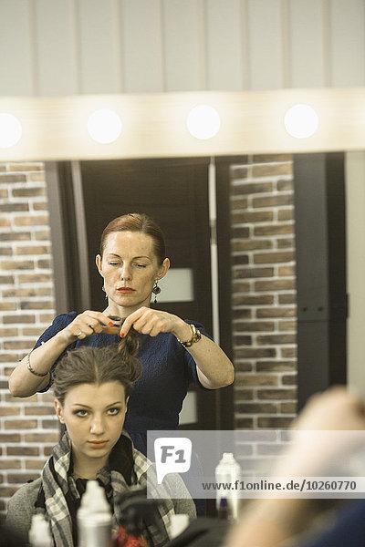 Friseur Styling Model's Haare im Studio