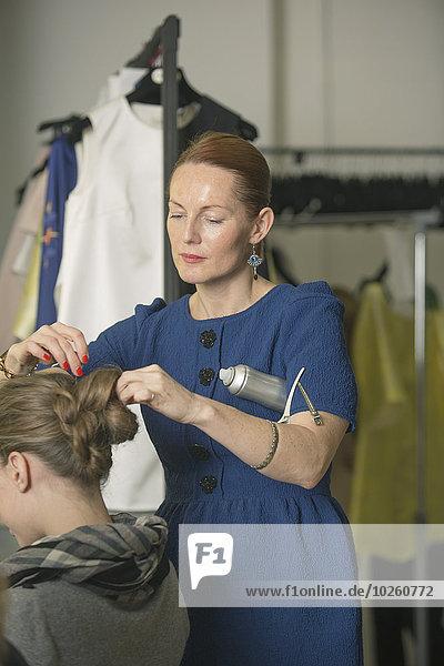 Friseur beim Modellbau im Studio