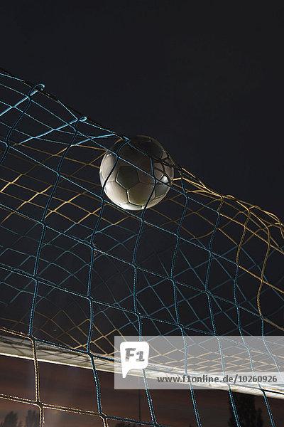 Tiefblick Fußball im Tor bei Nacht
