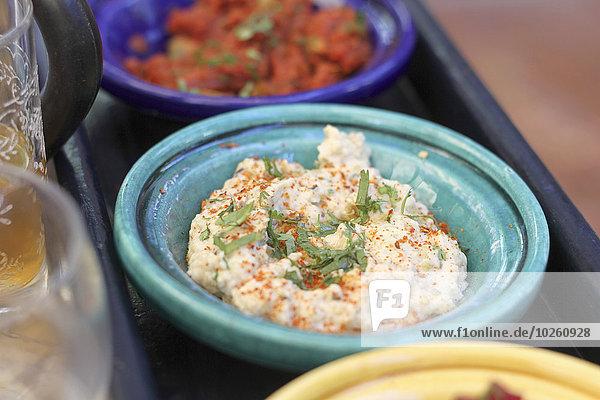 Nahaufnahme von Hummus in der Schale serviert