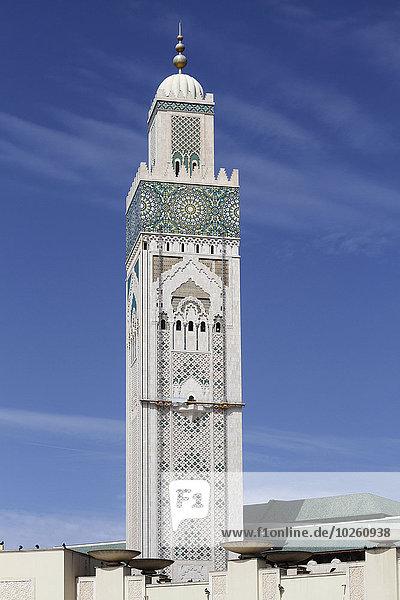 Ansicht des Minaretts in der Hassan II Moschee gegen den blauen Himmel