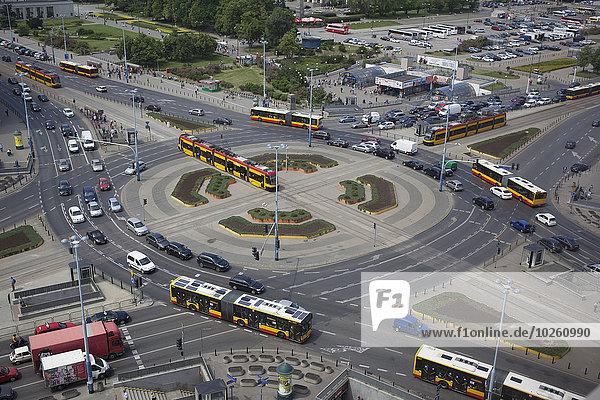 Hochwinkelansicht des verkehrsreichen Kreisverkehrs in Warschau
