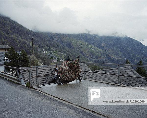 Motorrad am Aussichtspunkt gegen die Berge geparkt
