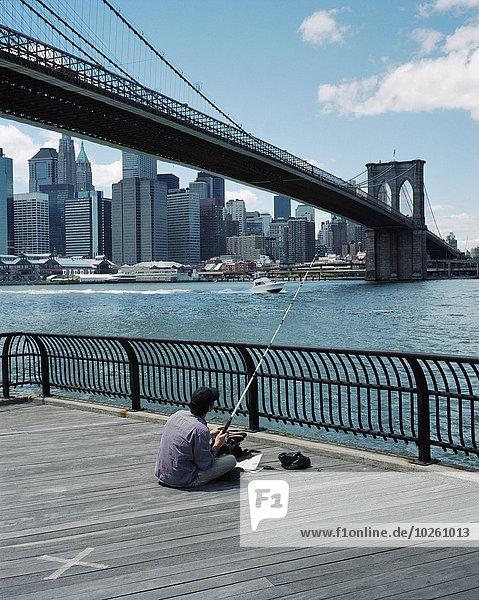 sitzend,Mann,Brücke,Hintergrund,Hochhaus,angeln,Rückansicht,Ansicht,Brooklyn