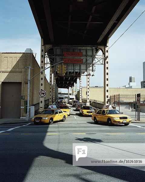 Taxis auf der Straße unter der Brücke  Queens  New York City  USA