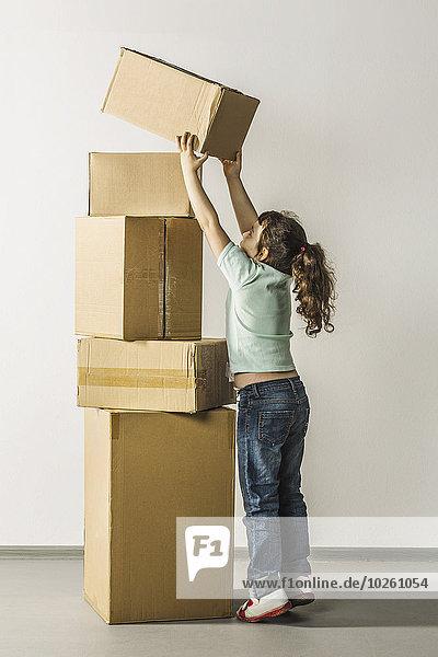 Volle Länge der Mädchen-Stapelboxen im Haus