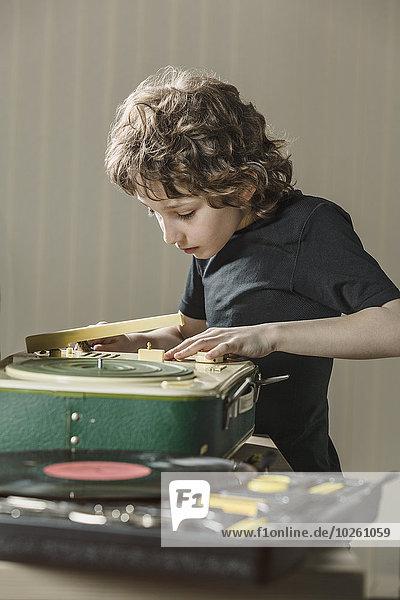 Interior,zu Hause,Junge - Person,Untersuchung,Grammophon