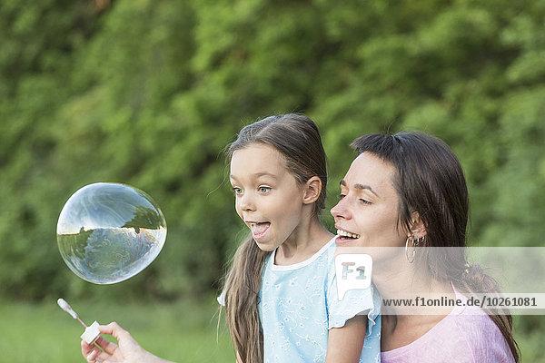 Außenaufnahme,Seife,Blase,Blasen,Tochter,Mutter - Mensch,freie Natur,spielen