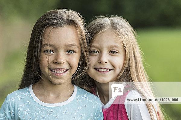 Porträt von lächelnden Mädchen im Freien