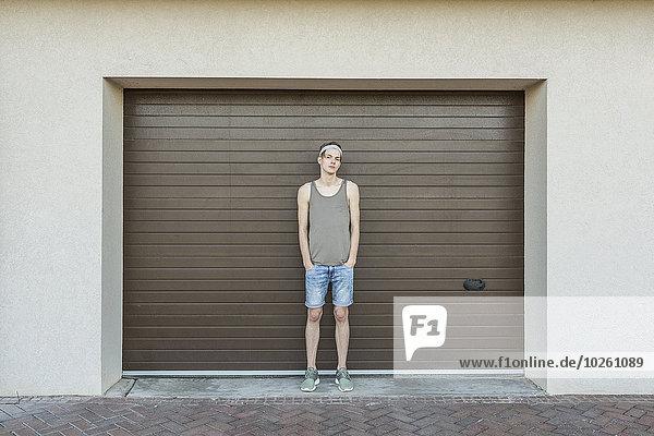 stehend,Garage,Portrait,Mann,Tür,jung,Länge,voll