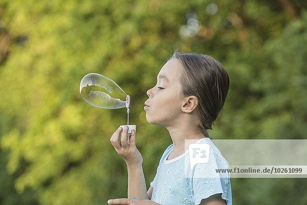 Außenaufnahme,blasen,bläst,blasend,Blase,Ansicht,Seitenansicht,Mädchen,freie Natur