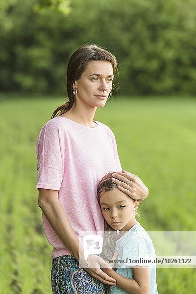 umarmen,Feld,Mädchen,Mutter - Mensch