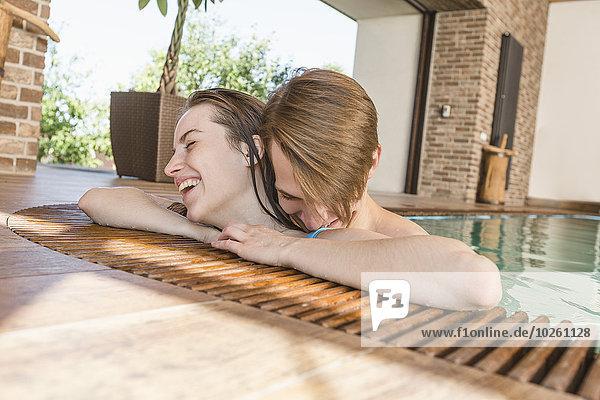 Leidenschaftliches Paar am Rande des Swimmingpools
