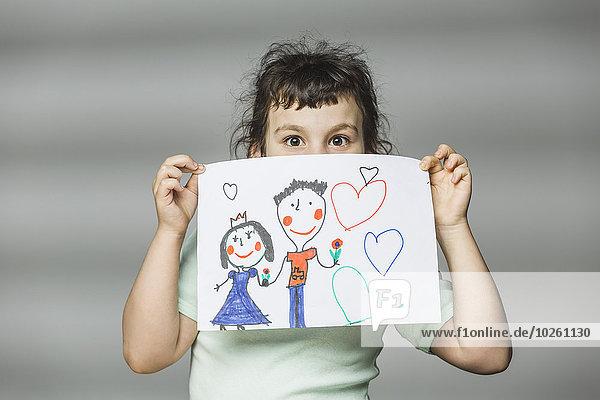 Porträt eines Mädchens mit Malerei über grauem Hintergrund