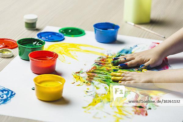 Nahaufnahme der Hände Fingermalerei auf Zeichenpapier