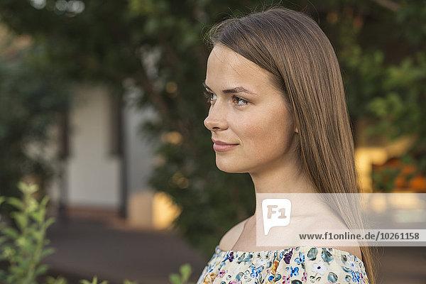 Seitenansicht der schönen jungen Frau mit Blick nach draußen