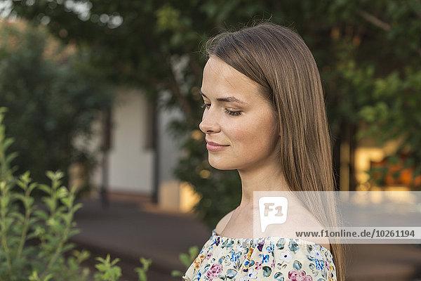 Seitenansicht der schönen jungen Frau im Freien