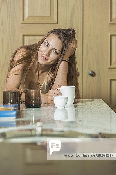 sitzend,junge Frau,junge Frauen,Portrait,Schönheit,Kaffee,Tisch