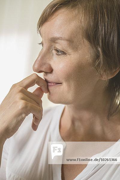 Nahaufnahme einer nachdenklichen Frau  die nach Hause schaut.