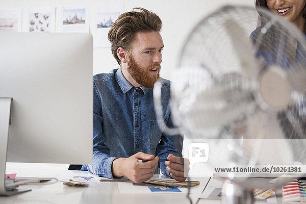 Schreibtisch,Kommunikation,Geschäftsmann,Kollege,jung