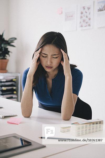 Geschäftsfrau,Schreibtisch,Kopfschmerz,jung,Schmerz