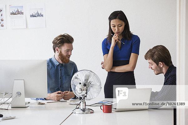 Schreibtisch,Diskussion,jung,Kollege,Business