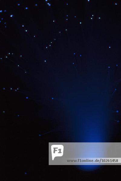 Beleuchtete Fiberoptik über schwarzem Hintergrund