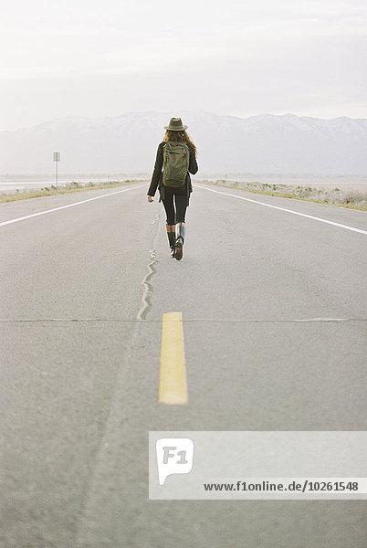 Rucksack Frau tragen gehen Fernverkehrsstraße Linie