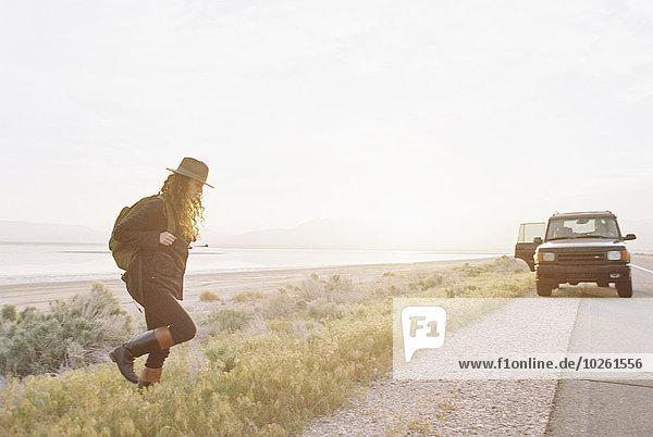 Rucksack Frau tragen gehen Hut Kleidung Geländewagen