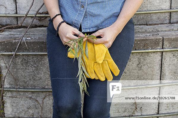 junge Frau junge Frauen schattig arbeiten Bauernhof Hof Höfe Pause Silo Pause machen