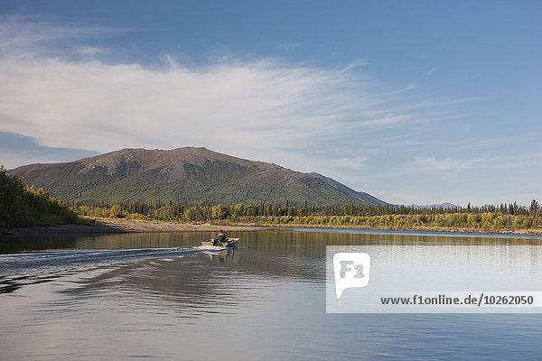 Tag Sommer Ruhe klein Boot Fluss Sonnenlicht Motor