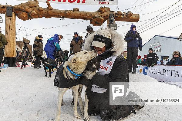 geben umarmen führen unterhalb Hund Brücke Ziellinie Blei Schlitten