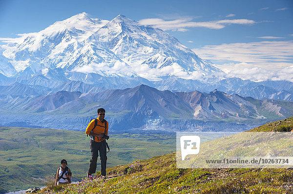 hoch oben nahe Nationalpark folgen Hintergrund wandern Berg Denali Nationalpark Mount McKinley Besucherzentrum Mann und Frau
