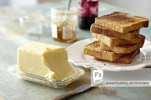 Teller Weizen Toastbrot Stapel Butter Marmelade