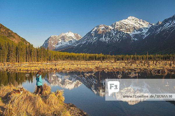 stehend Frau Berg Spiegelung Hund Hintergrund Teich