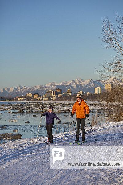 nahe Skyline Skylines überqueren Mensch Menschen folgen Küste Hintergrund Skisport Anchorage Cook Inlet Kreuz Erdbeben