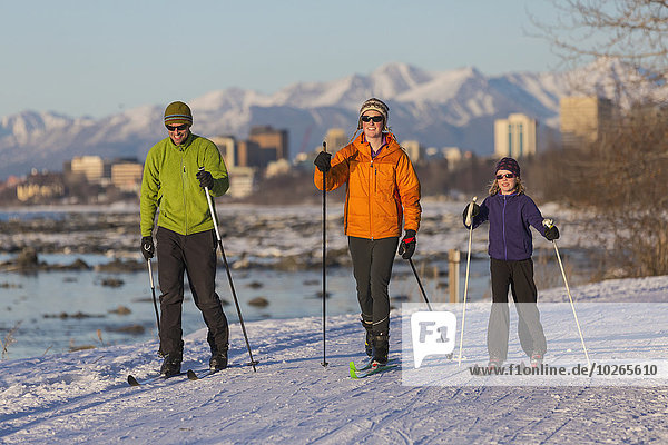 nahe Skyline Skylines überqueren Mensch Menschen folgen Küste Hintergrund Skisport Kreuz Erdbeben