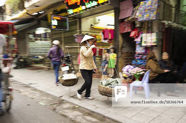 Hanoi Hauptstadt tragen Korb Straße Stange Vielfalt Gegenstand 2 hängen Ende Straßenverkäufer Vietnam