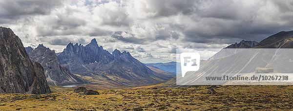 entfernt stehend Mann Herbst Grabstein Boulder Kanada Revierverhalten Yukon