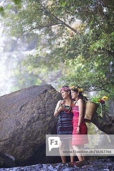 hoch oben anziehen Wasserfall Ethnisches Erscheinungsbild Kambodscha