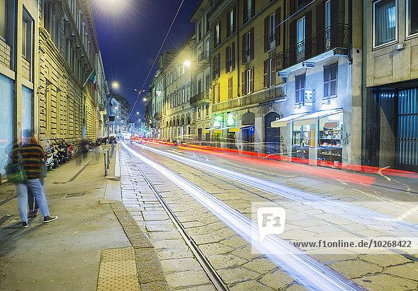 Leichte Spuren von Scheinwerfern und Rückleuchten hinunter eine Straße; Mailand  Lombardei  Italien
