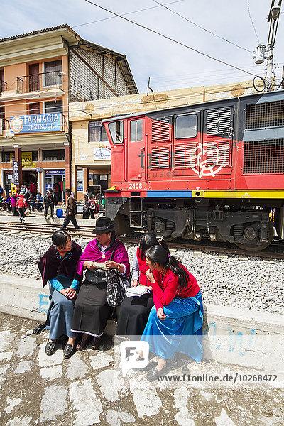 sitzend Frau Zug Ecuador Haltestelle Haltepunkt Station