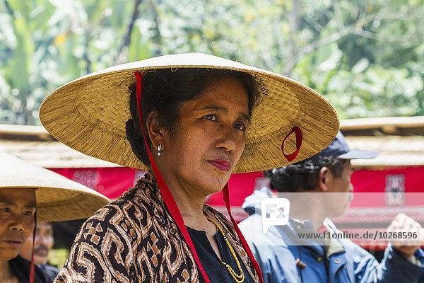 Frau Zeremonie Begräbnis sprechen Indonesien Prozession